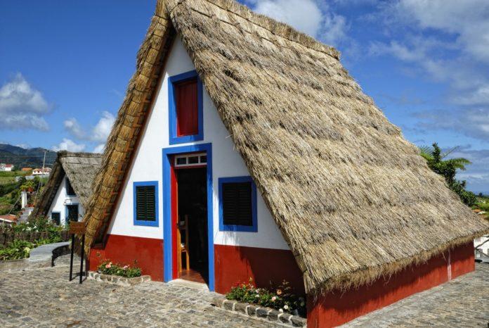 Stroh bedecktes Bauernhaus in Santana auf Madeira