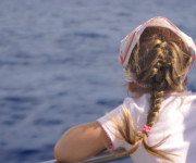 Kind beobachtet Wale und Delfine